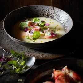 Koude aardappel prei soep met spinkrab en kruiden