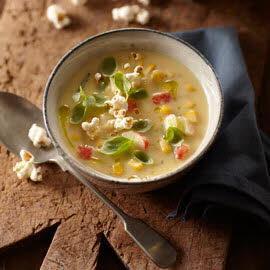 Maissoep met surimi en popcorn