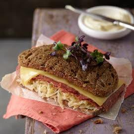 Reuben Sandwich met corned beef, zuurkool en roomkaas-mierikswortel
