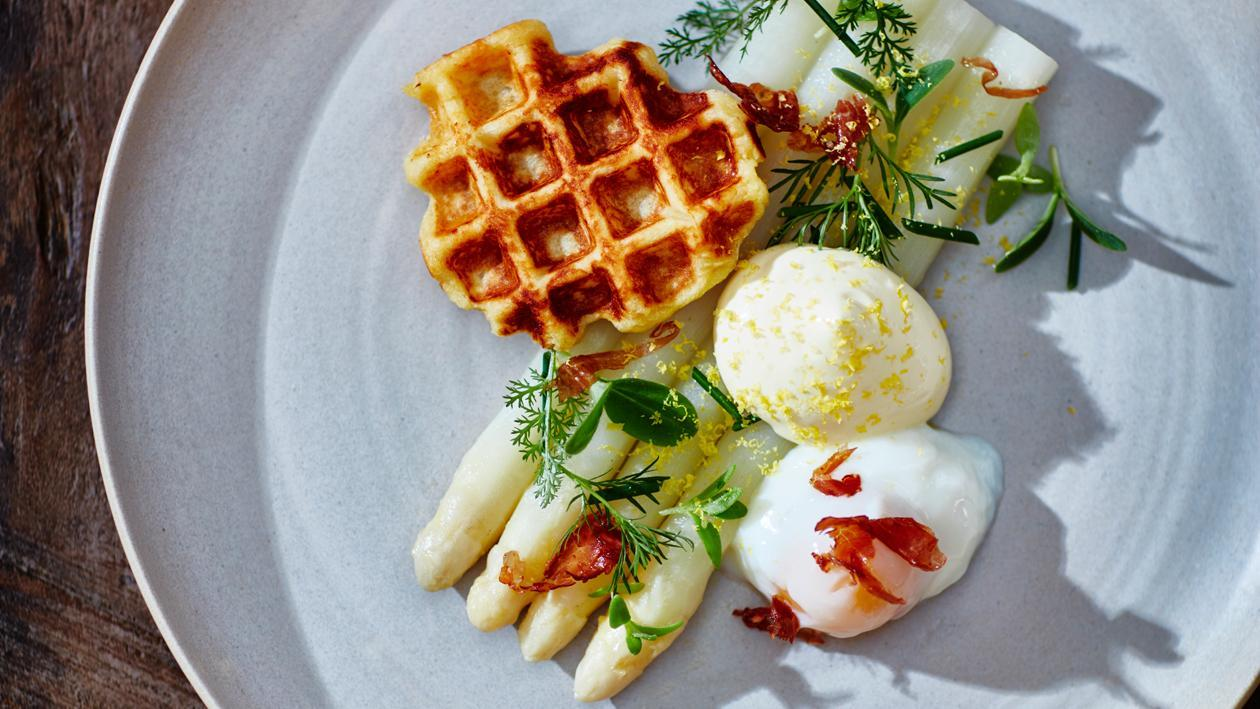Asperges met kruiden, 64˚C eitje, hollandaise, aardappelwafel