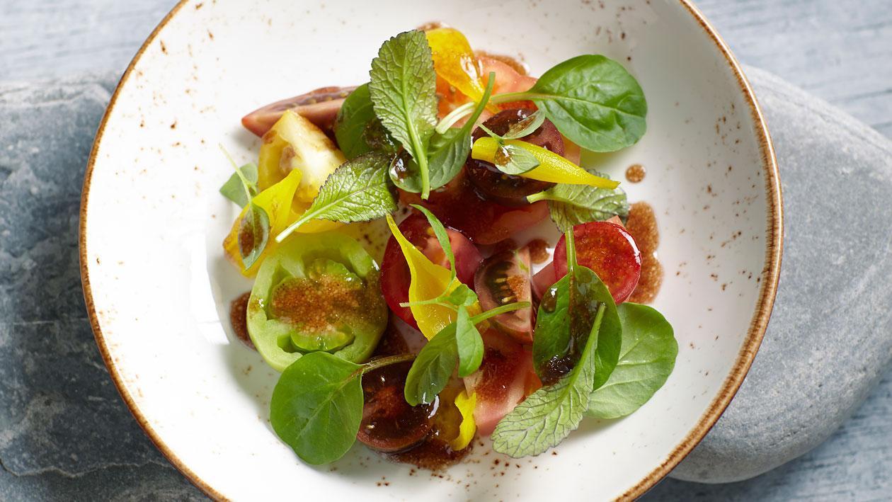 Bonte tomatensalade met zoetzure sjalotjes