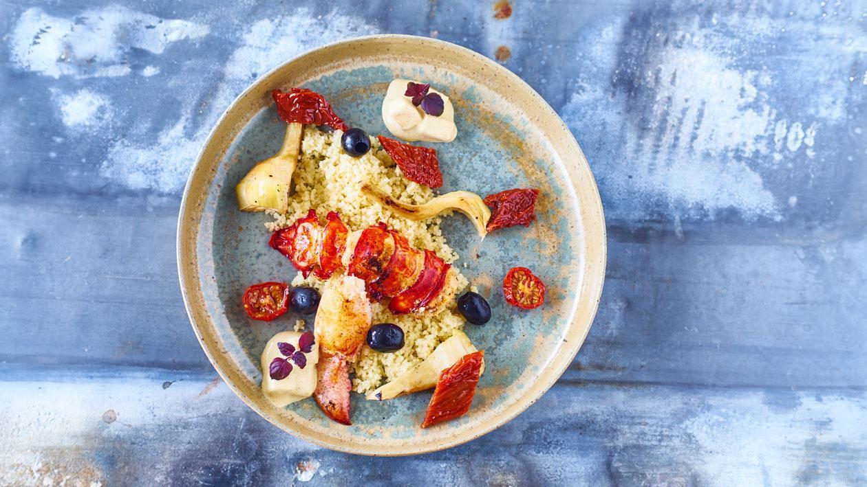 Couscous met artisjokken, zongedroogde tomaten en taggiasche olijven, gegrilde kreeft en ananaskerriesaus
