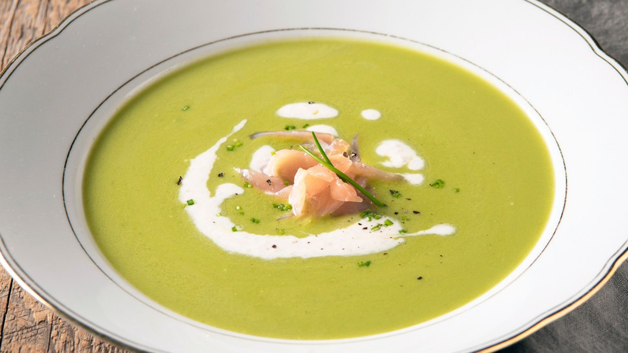 Doperwtencreme soep met gerookte zalm en spek