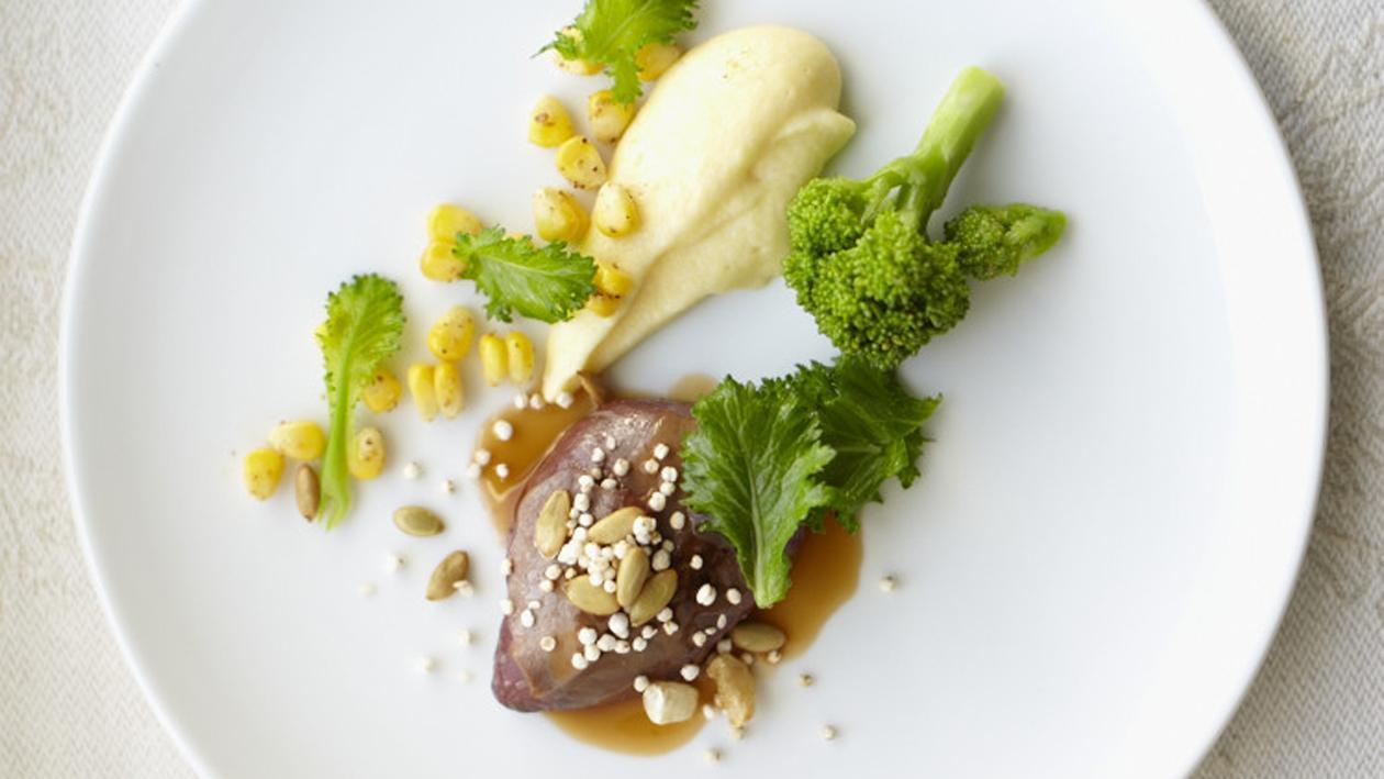 Duif met polenta en broccoletti en krokante graantjes