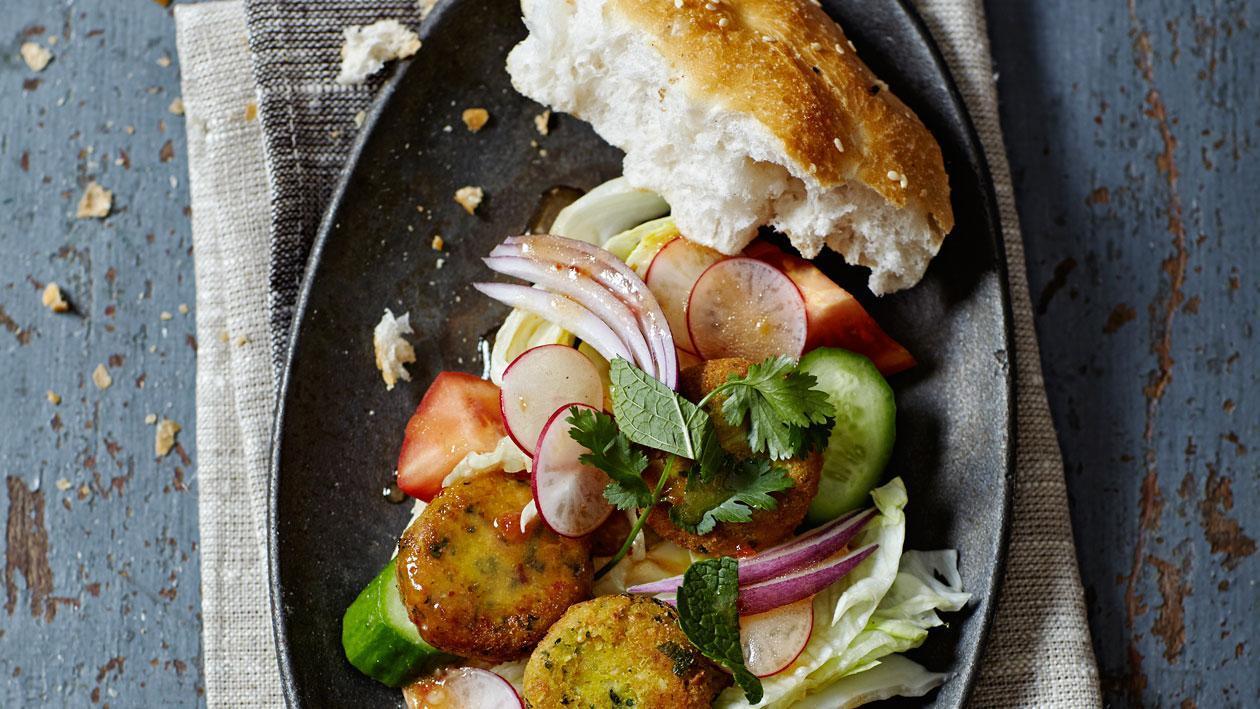 Falafel met koriander, mint en knoflookdressing