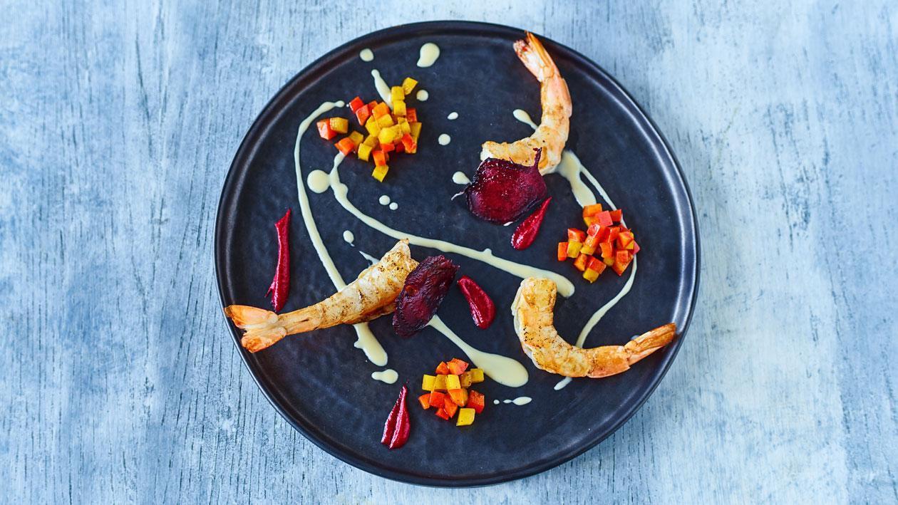 Gegrilde rode garnaal met aioli, paprika, rode bieten en reductie van rode wijn en steranijs