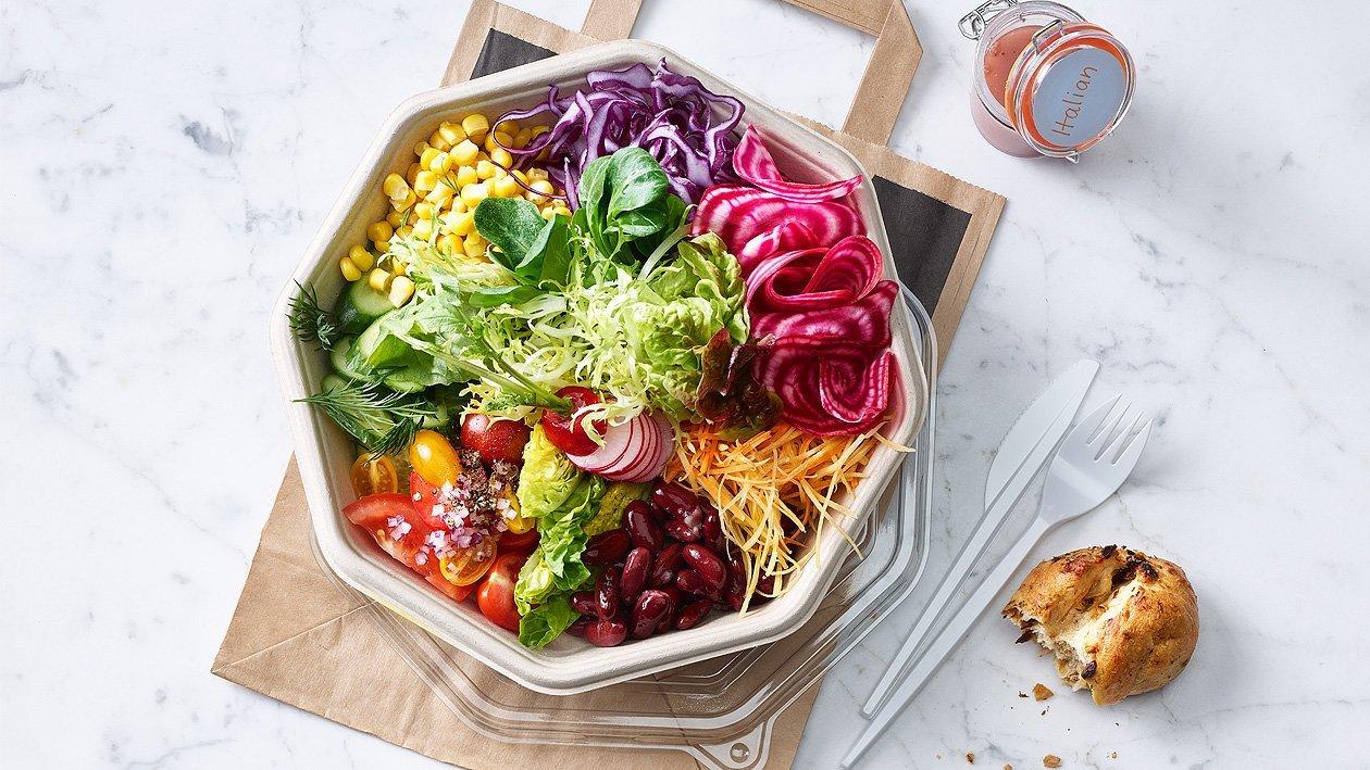 Gemengde samengestelde salade met klassieke dressing