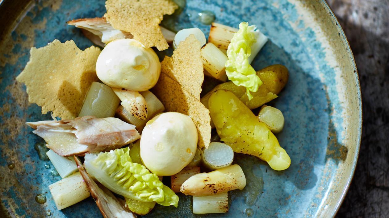 Gerookte makreel en gerookte asperges met vadouvan-hollandaise