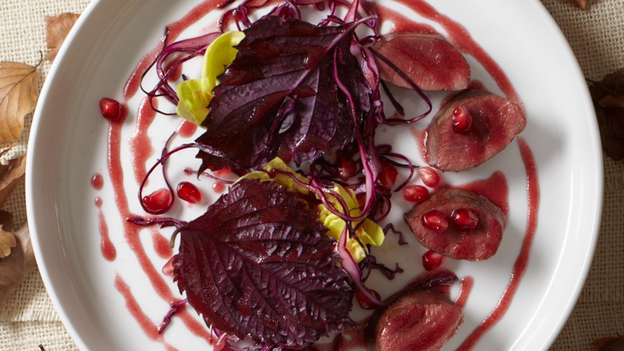 Haasfilet met rode koolsalade en granaatappel