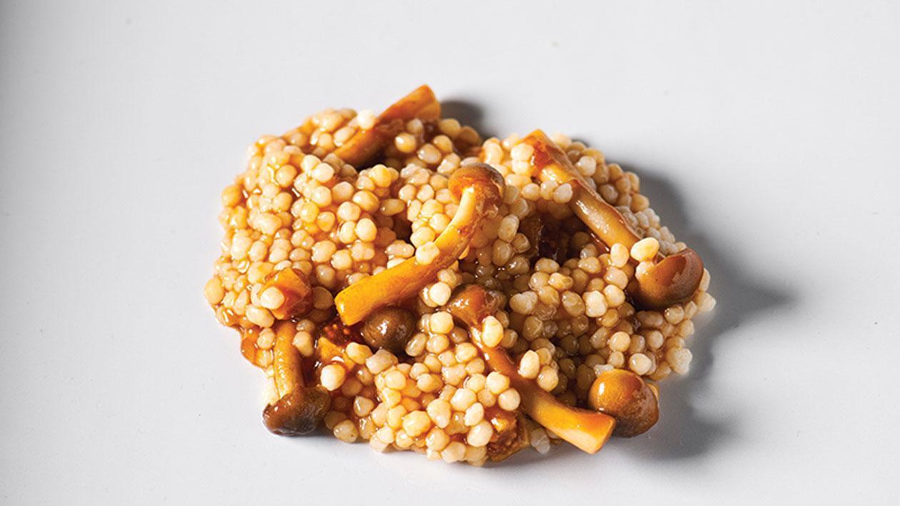 Handgerolde couscous met vijgen en bospaddenstoelen