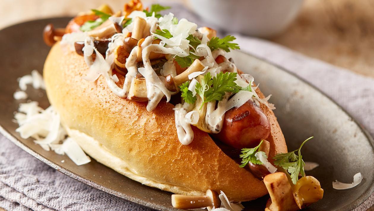 "''Haute dog"" met gebakken paddenstoelen, truffelmayonaise en Parmezaanse kaas"