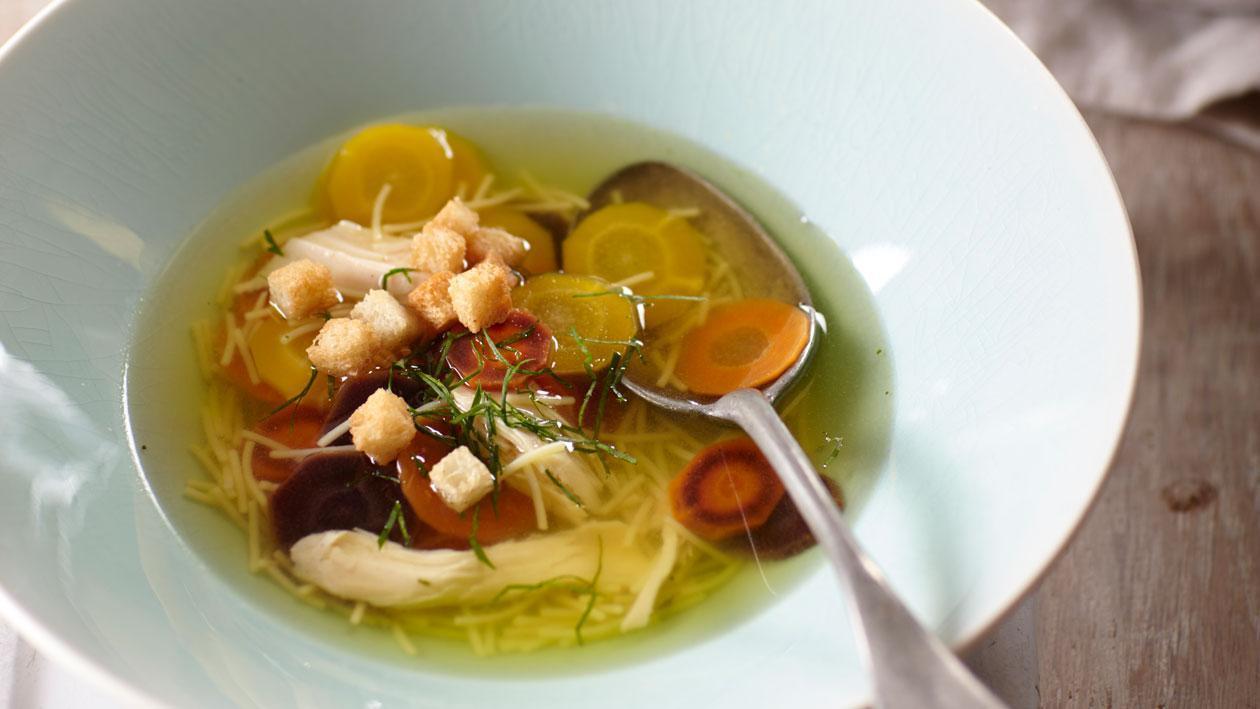 Heldere kippensoep uit Marokko met oerwortels en bladpeterselie - Knorr