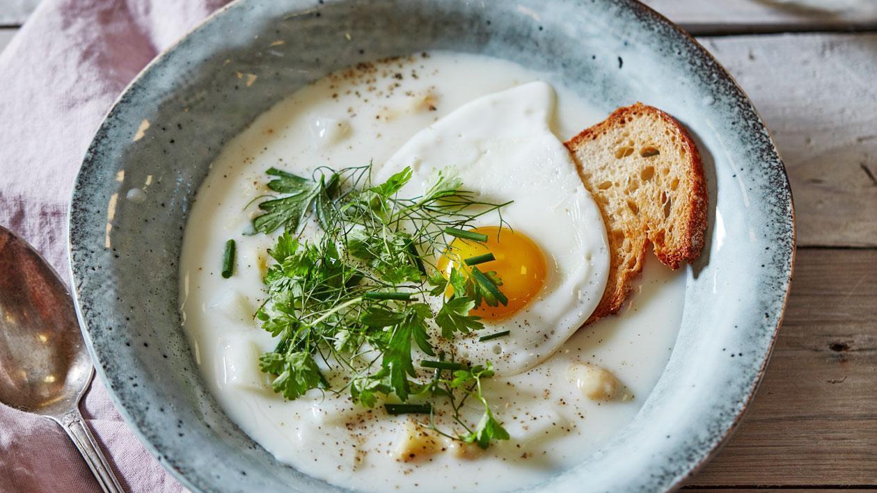 Hollandse aspergesoep met gebakken ei & zuurdesembrood