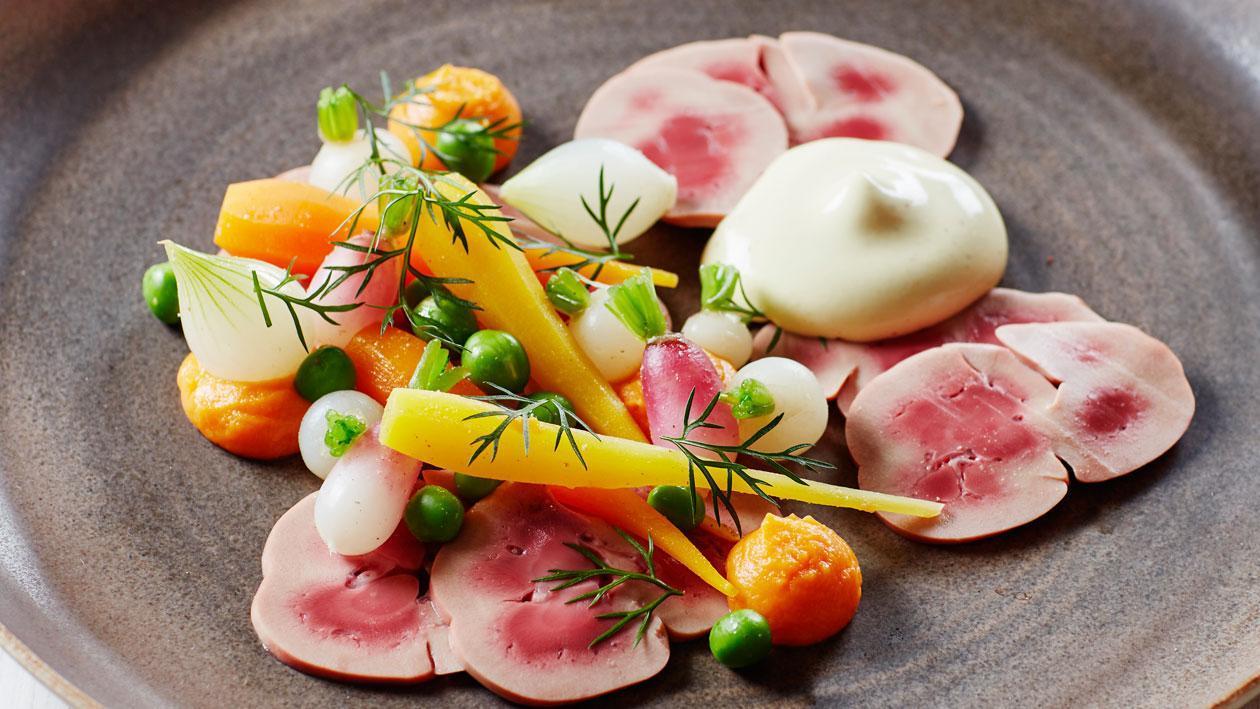 Kalfsniertjes met jonge groenten en mosterdsaus
