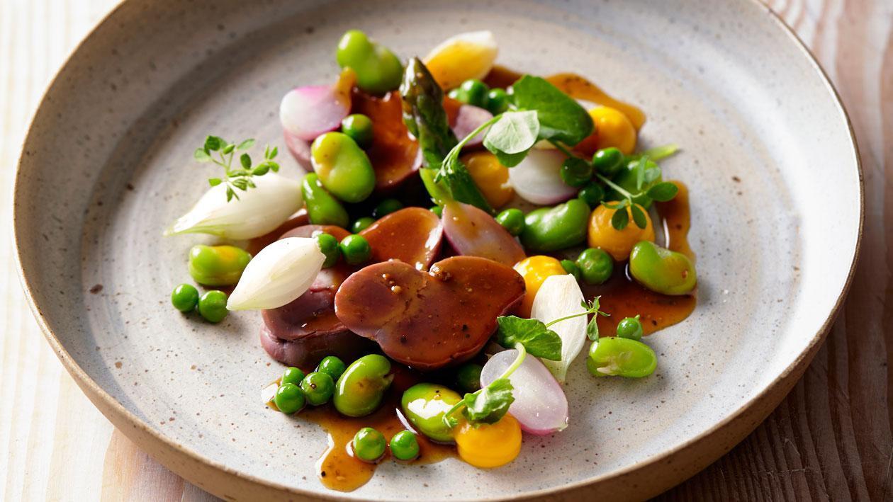 Kalfsniertjes met peperjus en voorjaarsgroenten