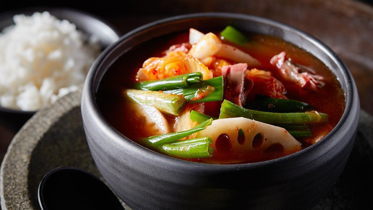 Koreaanse rundvlees soep met kimchi en rijst