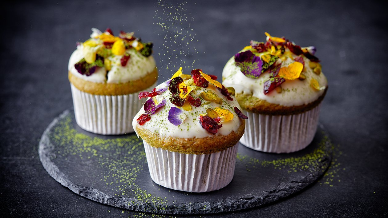 Matcha muffins met witte chocolade en viooltjes