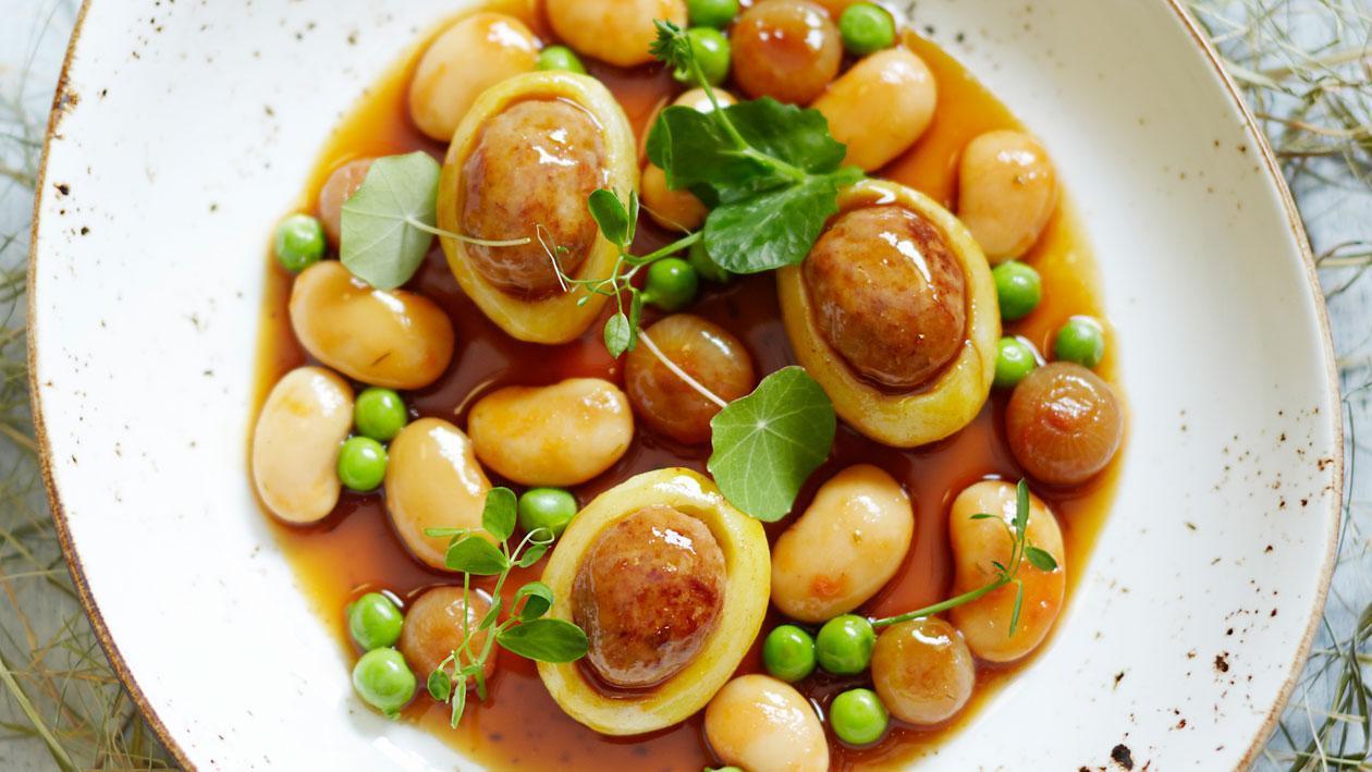 Nieuwe aardappels met gevogeltesaucijs en witte bonen