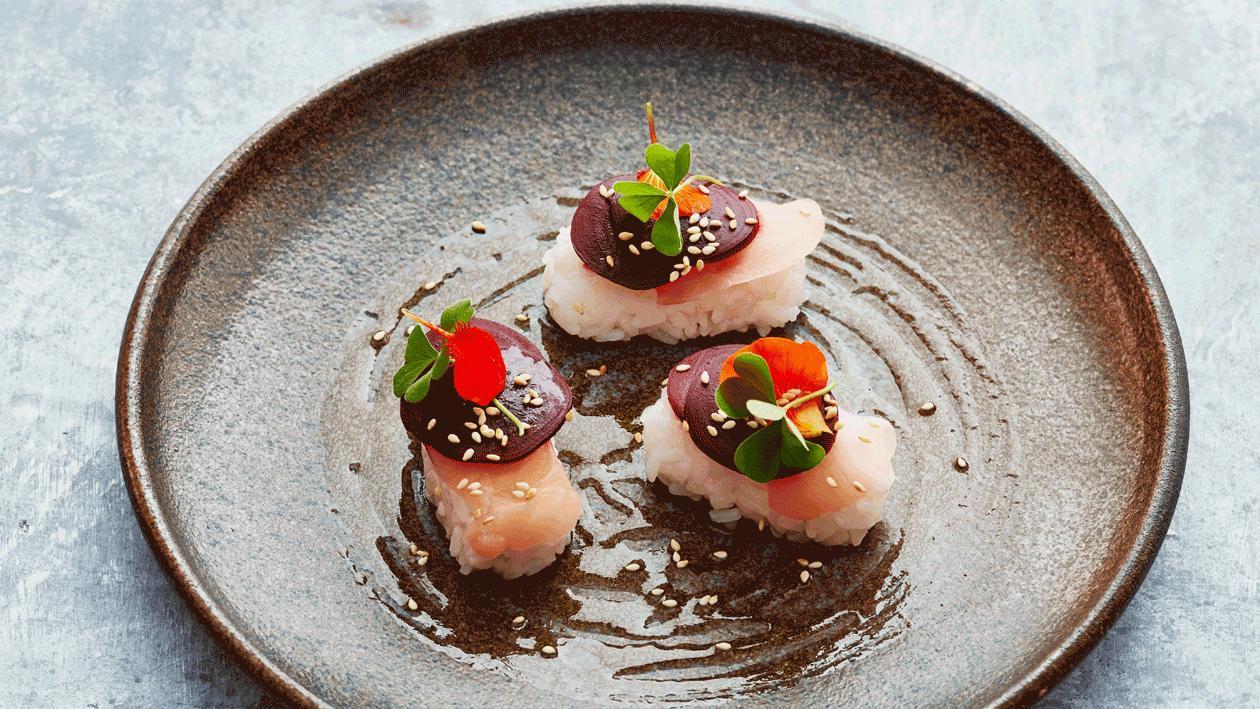 Nigiri sushi met gerookte bietjes en sesam soja