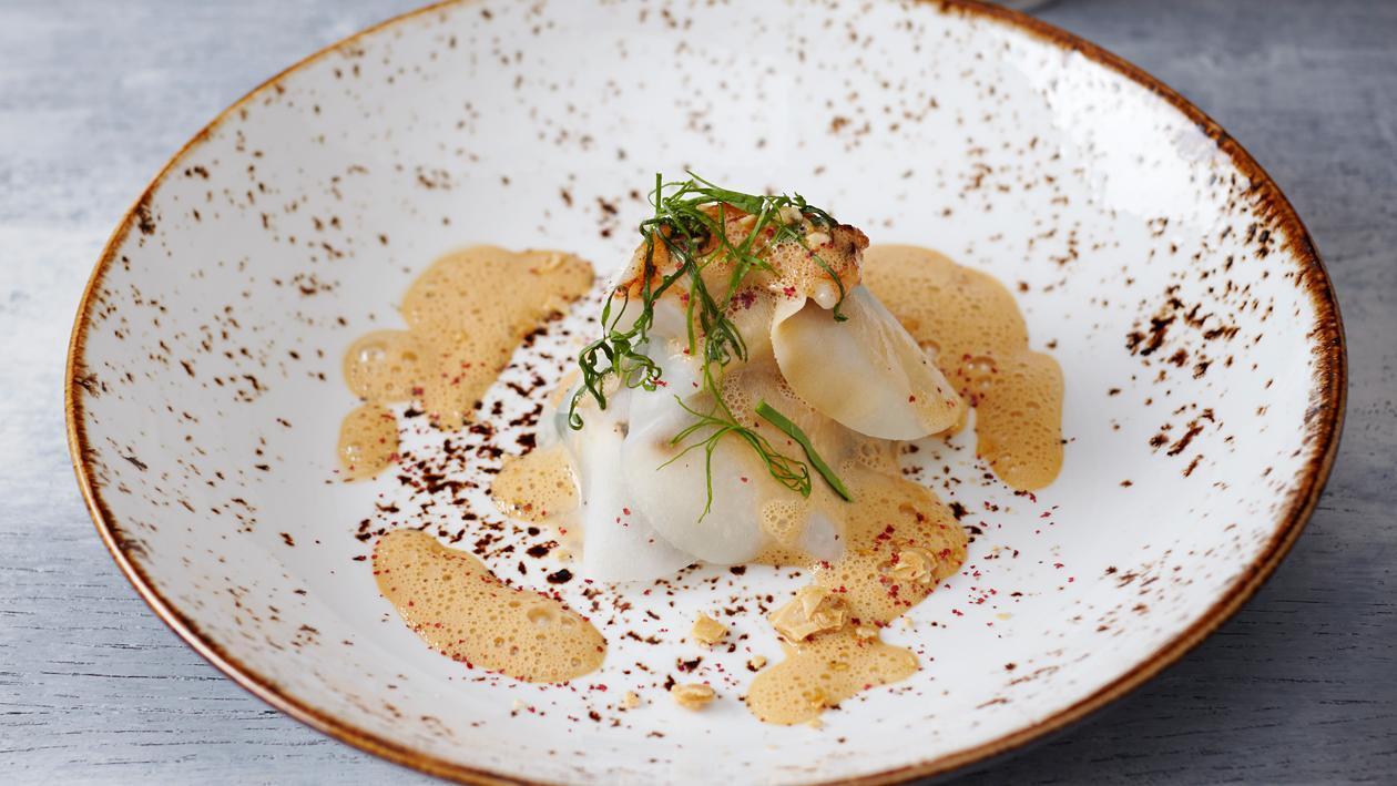 Open ravioli met scampi en een crème van schaaldieren en marsepein