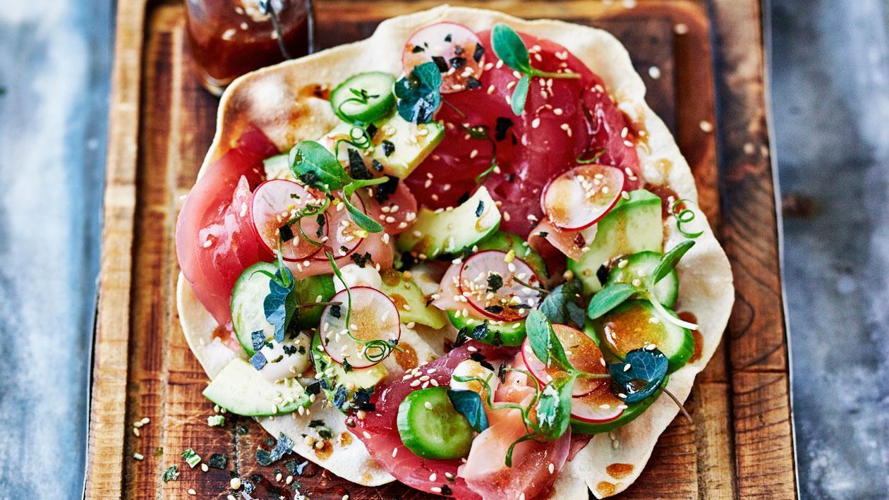 Pappadum met tonijn, avocado en wasabi