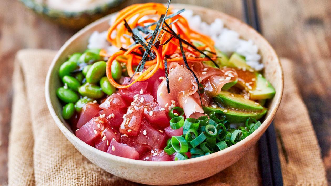 Poké bowl met tonijn en togarashi mayonaise