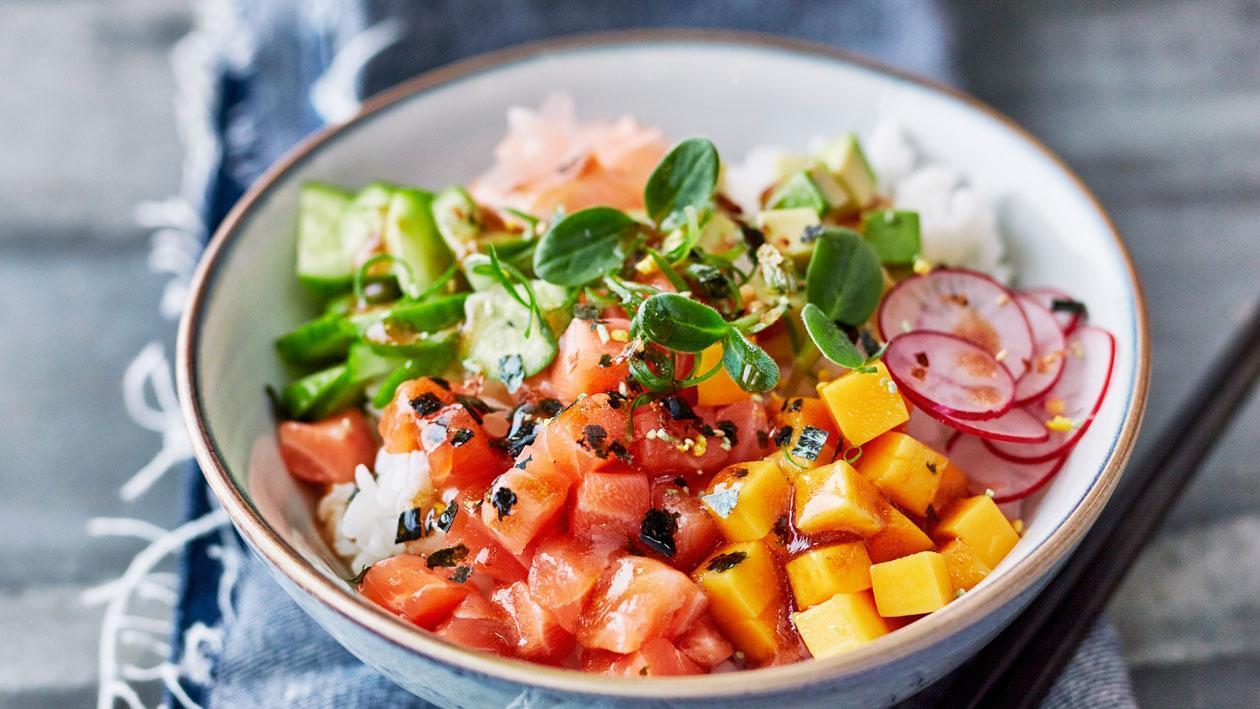 Poké bowl met zalm en ponzu mayonaise