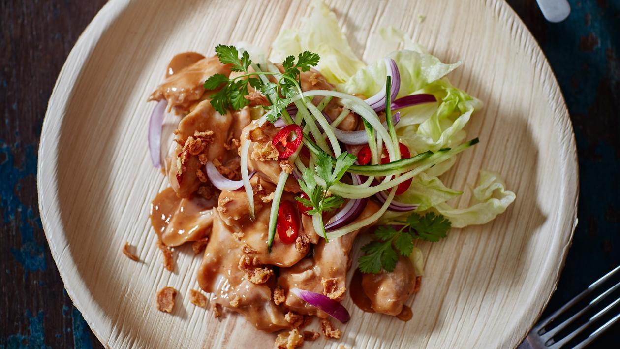 Salade hete kip met pindadressing