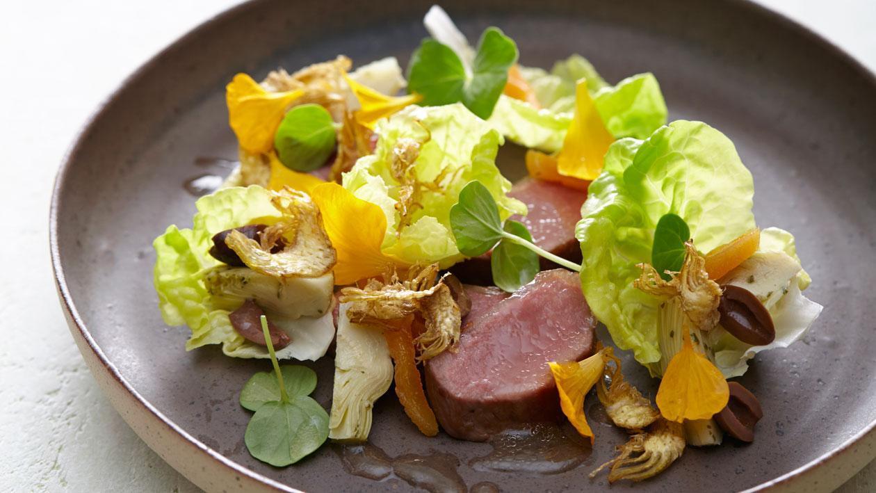 Salade met lamsfilet, abrikozen, olijven en artisjok