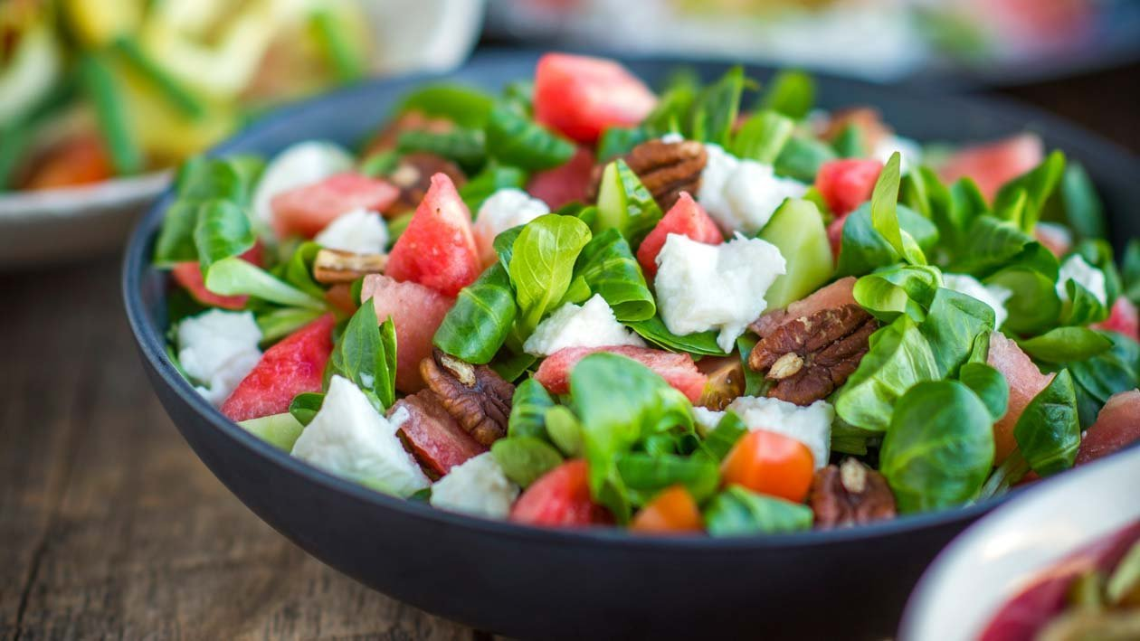 Salade van watermeloen en veldsla