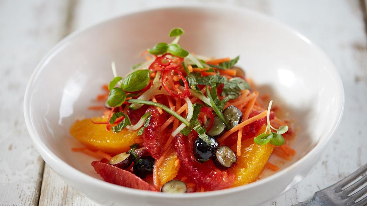 Salade van wortel, sinaasappel, bosbes en mint