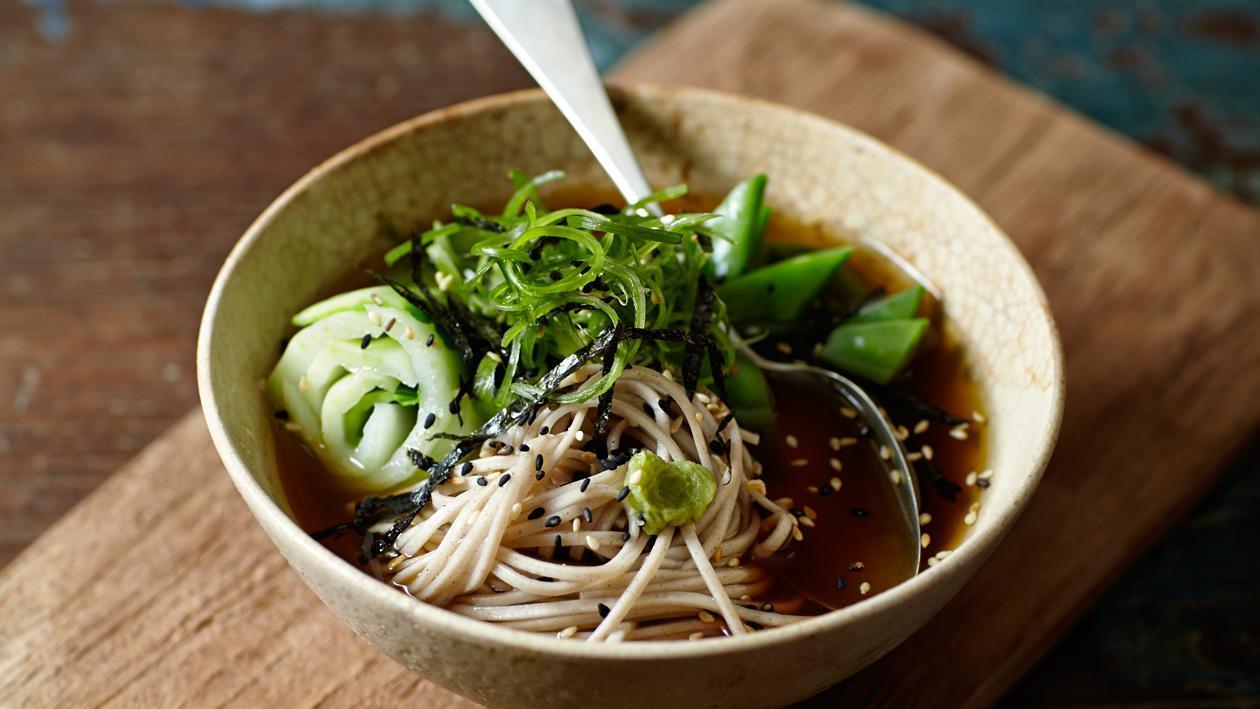Soba noedel soep met paksoi en lente-uitjes - Unox