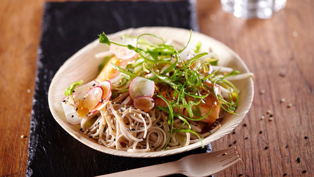 Soba noedelsalade met zalm en sesam soja vinaigrette