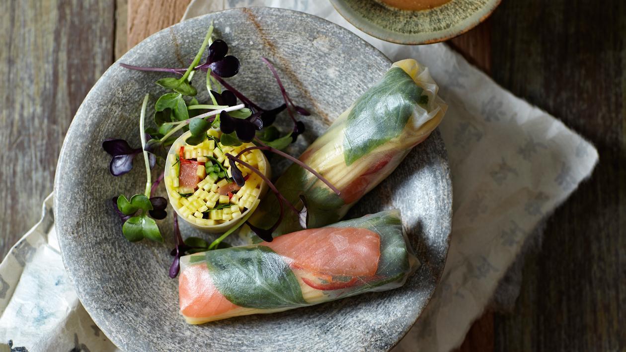Springrolls met mango, zalm en Thaise basilicum