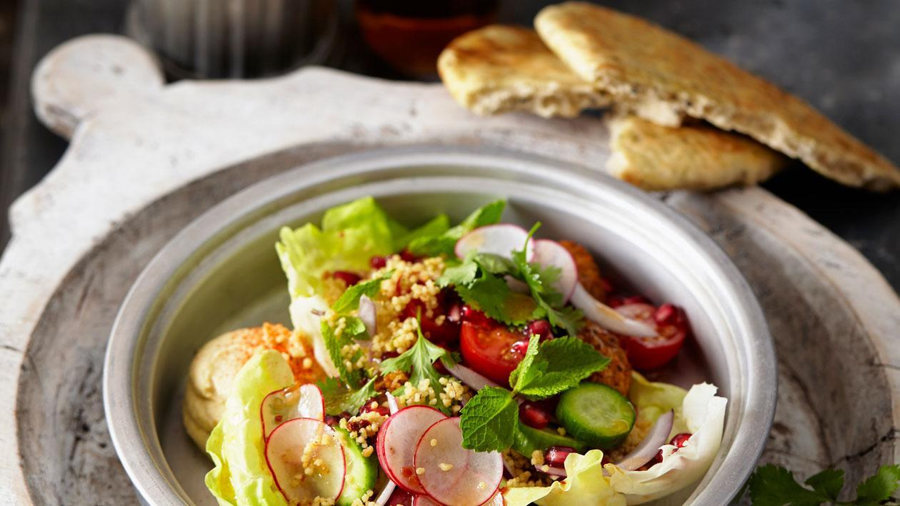 Taboulé couscoussalade met falafel en hummus