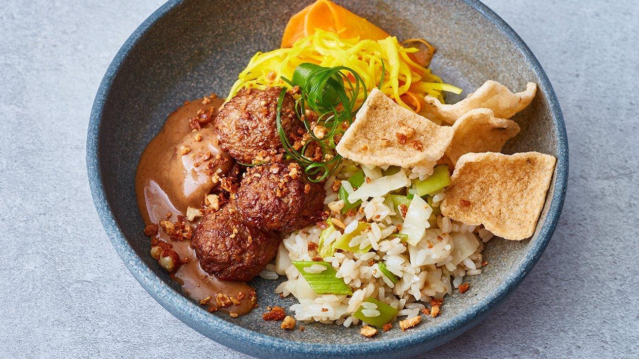 Vegetarische balletjes met nasi en satésaus