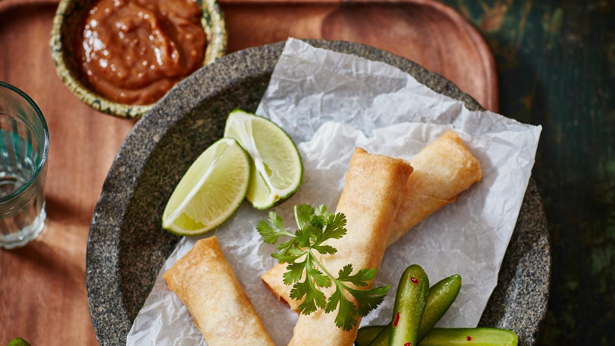 Vietnamese loempia's met gemarineerde komkommer en satésaus