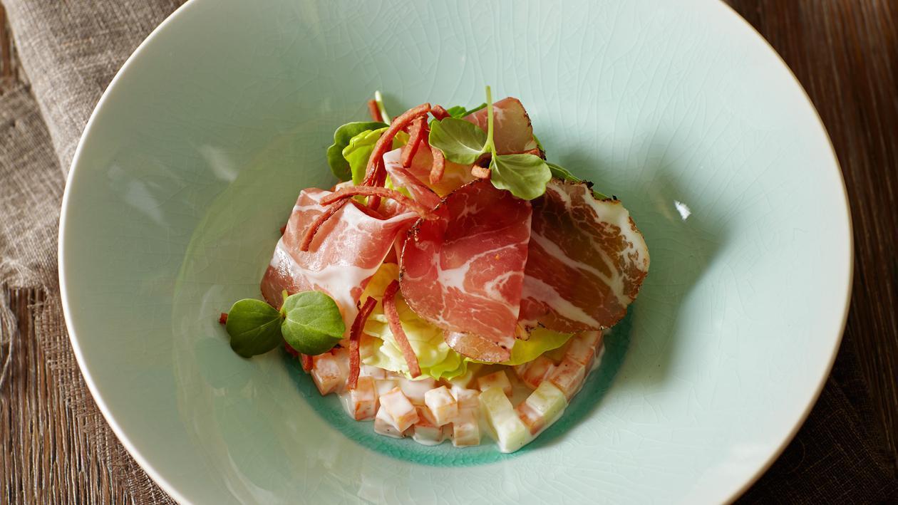 Wild zwijn coppa met hutspot salade, kropsla en krokante rookworst