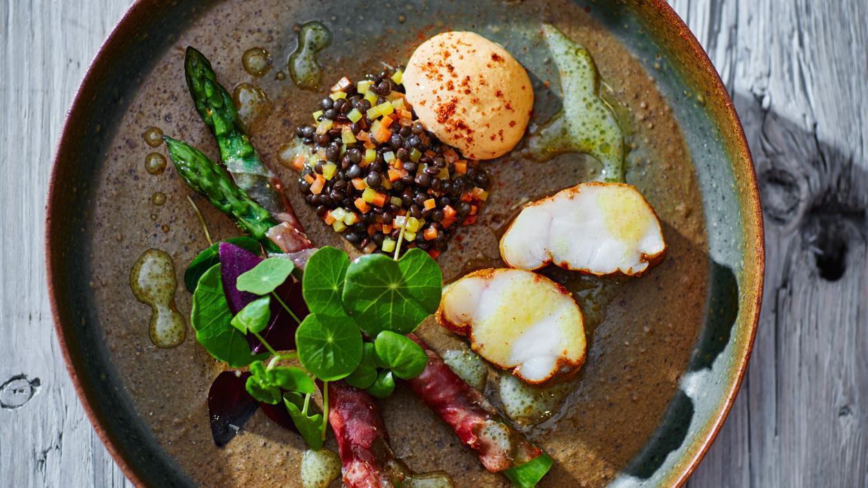 Zeeduivel met linzen, gebakken asperges en pittige hollandaise