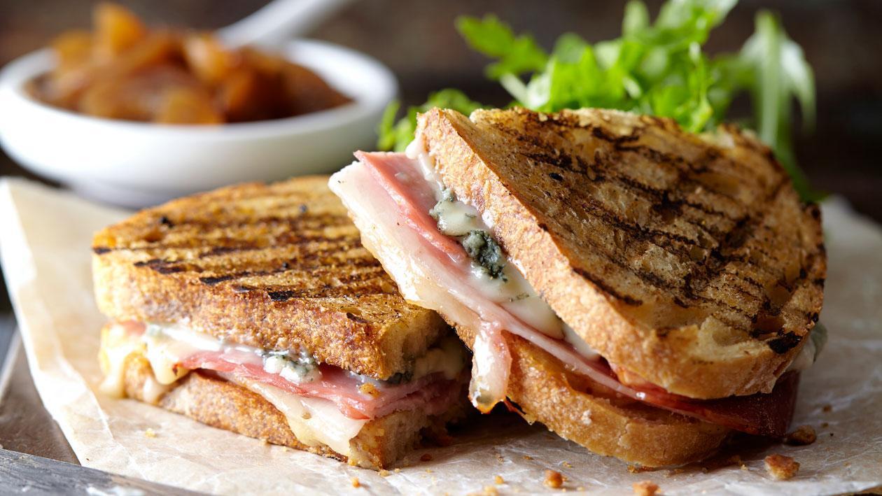 Zuurdesemtosti met gorgonzola, gekookte ham en honing-mosterdsaus