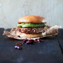 Kenya-inspirert vegoburger laget av kidneybønner, rød ris og ristet søtpotet