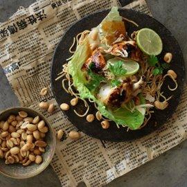 Sprø nudler med kyllingsalat, chili og revet kokos