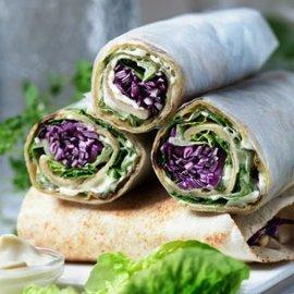 Wraps på pannebrød med rødkålsalat, sylteagurker, solsikke- og fennikelpesto