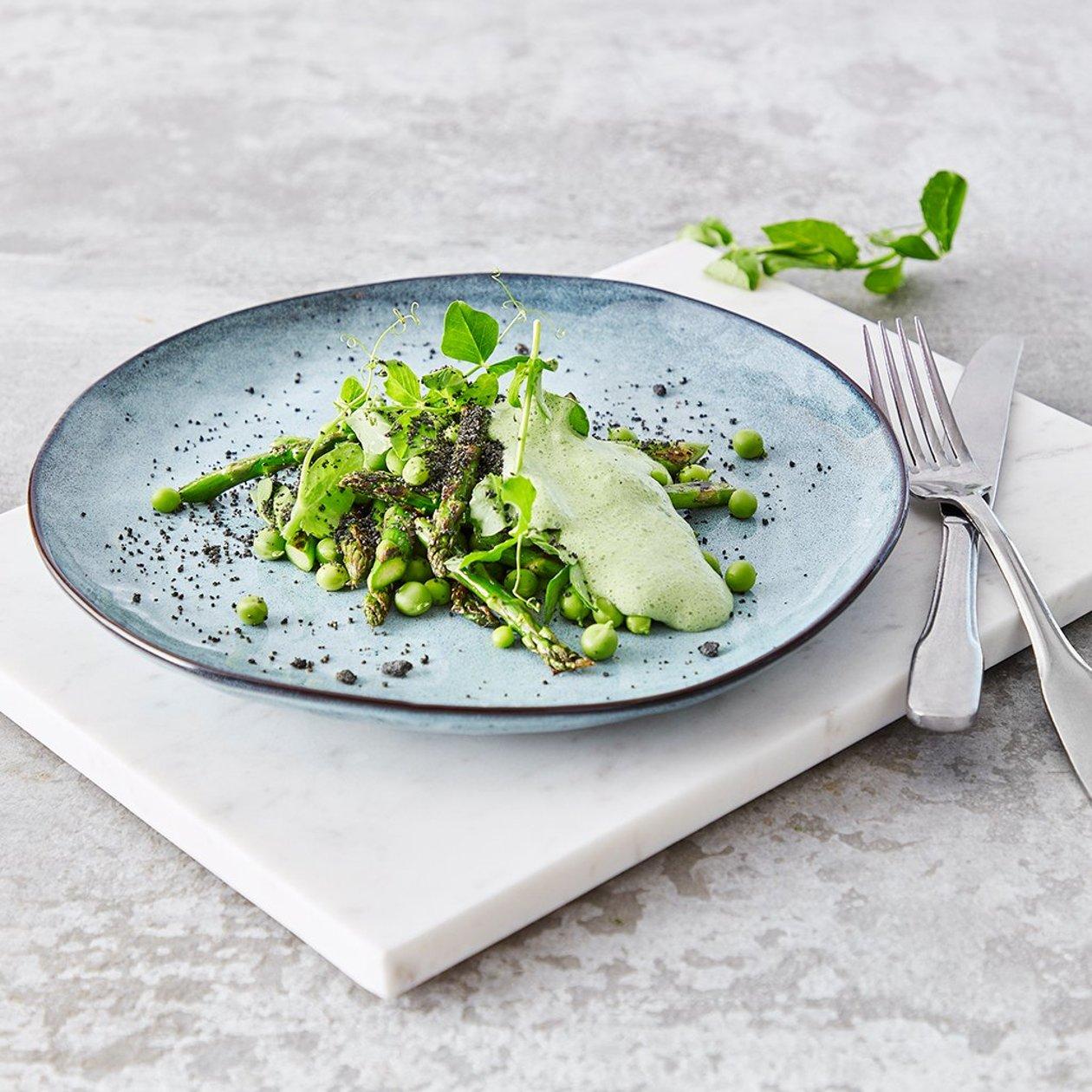 Grønn asparges, erter og mynteskum med sort sesampulver – Oppskrift