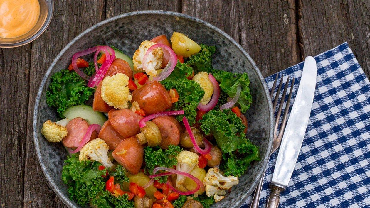 Grønnkålsalat med bratwurst, poteter, stekt blomkål, sopp og røkt chilidressing – Oppskrift