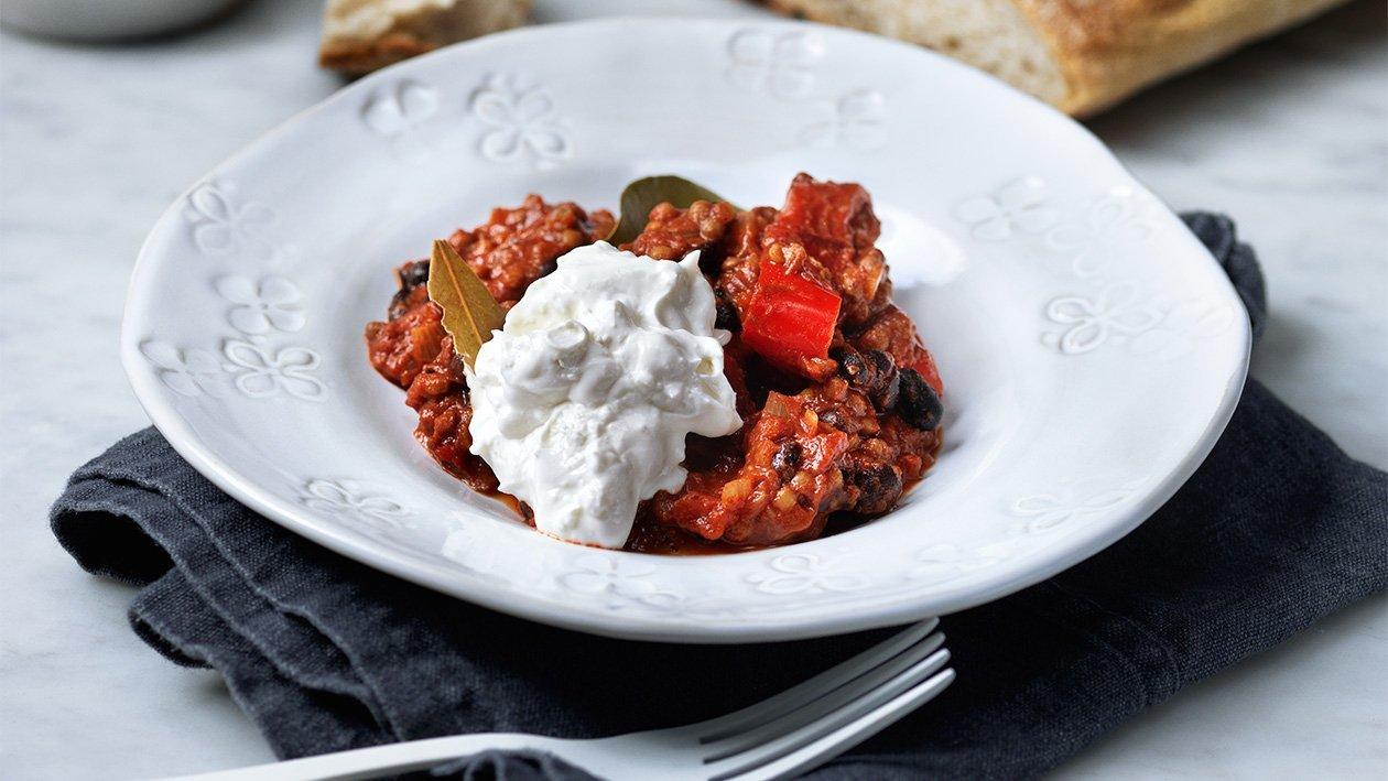 Linse- og bønnegryte med røkt chili og geiteyoghurt  – Oppskrift