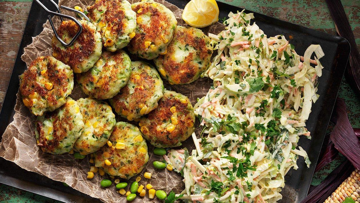 Mais-, bønne- og potetkaker med kremet kålsalat – Oppskrift