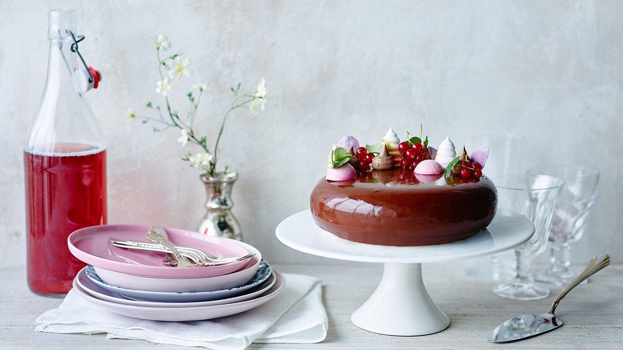 Solbær-, sitron-, hasselnøtt- og melkesjokoladekake – Oppskrift