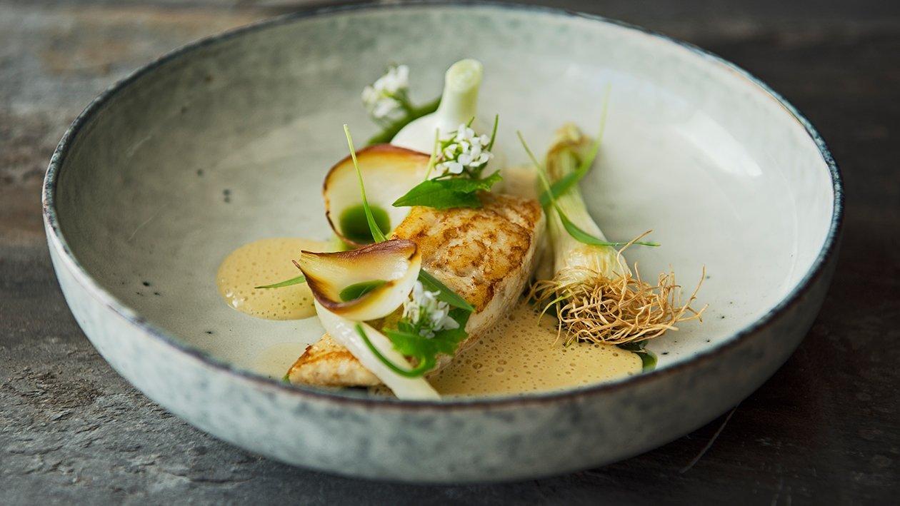 Stekt piggvar med løk og brunet smørsaus – Oppskrift