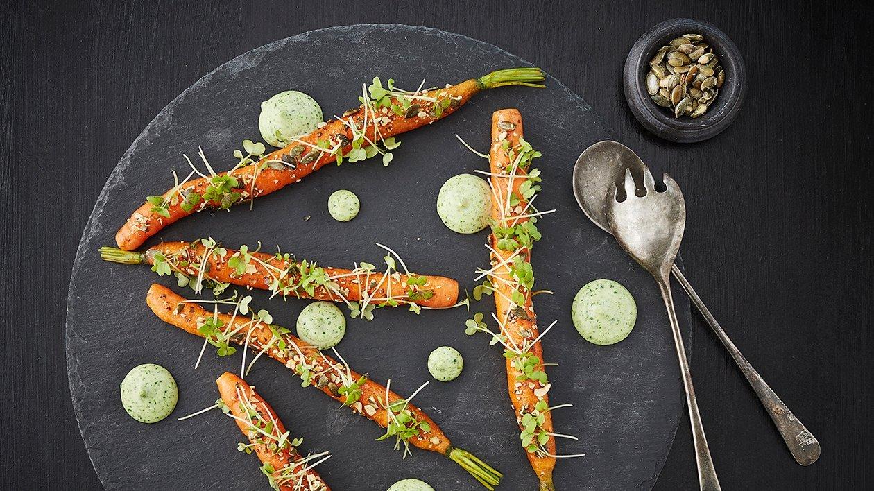 Umamiglaserte gulrøtter med estragonkrem og ristede gresskarfrø  – Oppskrift